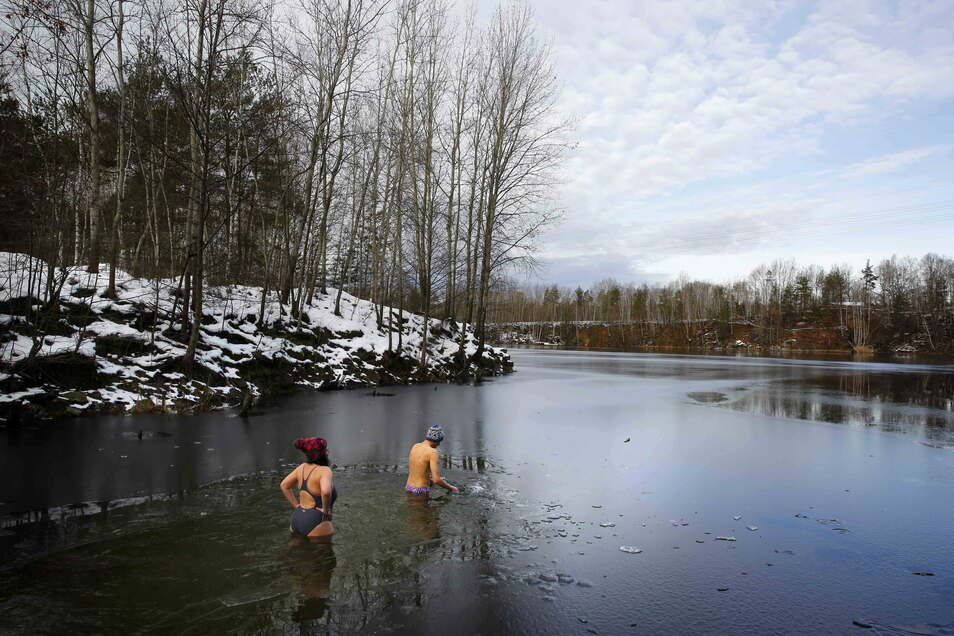 Vor dem Eisbaden am Steinbruch Luise im Haselbachtal muss erst einmal das Eis aufgeklopft werden. Am Test-Badetag hatte das Wasser nur 1,5 Grad Celsius.