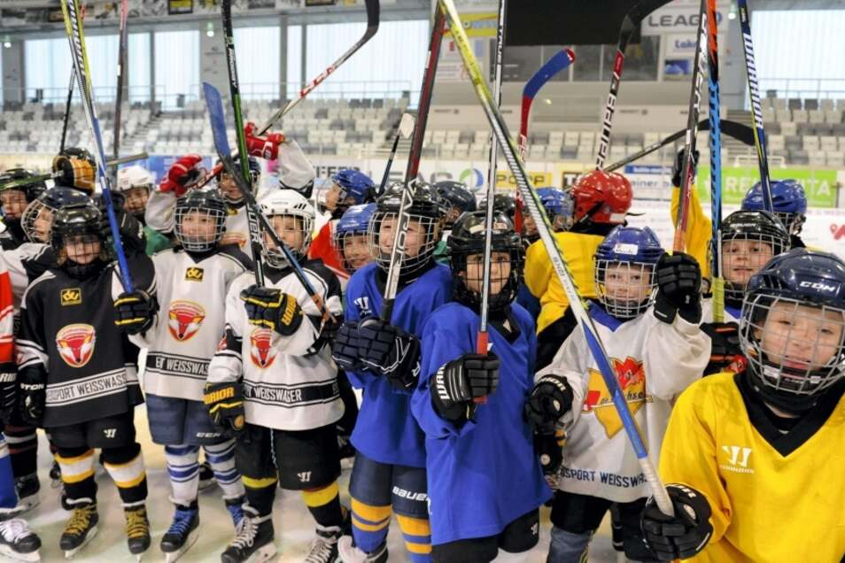 Der Eishockey-Nachwuchs des Eissport Weißwasser e. V. trainiert von der Laufgruppe bis zur U 20 regelmäßig in der Eishalle – so wie die Bambini.
