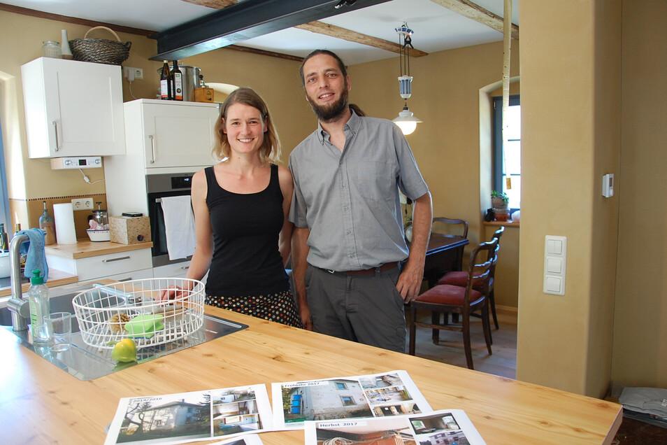 Stolz auf ihr neues Zuhause in einem alten Haus: Kristina Richter und Jan Köhler in der modernen Küche ihres Hauses in Eulitz.
