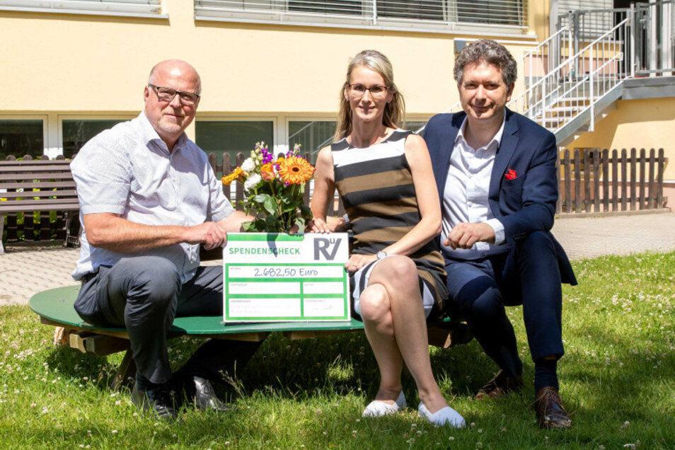 SZ-Geschäftsführer Jörg Seidel, Claudia Neumann und Domokos Szabó (v.l.) vor dem Kinderheim Sonneninsel. Den Spendenaufruf gab es zum Firmengeburtstag.