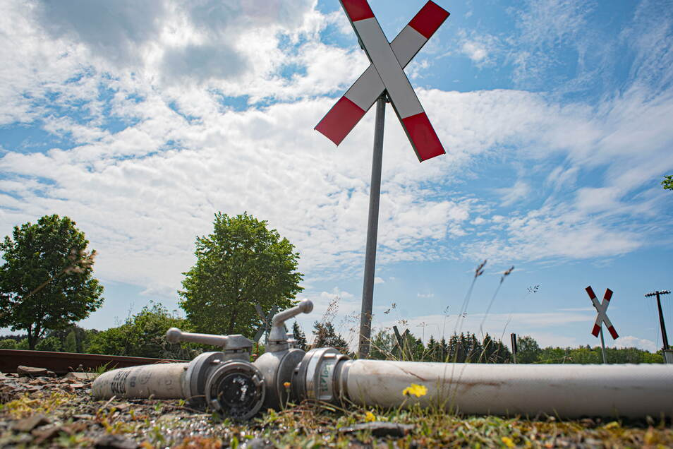 Für die Löscharbeiten wurden Schlauchleitungen zum Teil auf Bahnschienen entlang verlegt. Deshalb musste der Zugverkehr eingestellt werden.