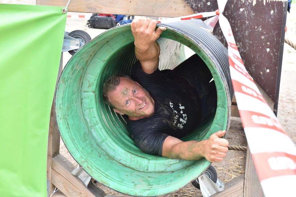 Der Freitaler Lars Tschirner kommt durch die drehende Röhre.