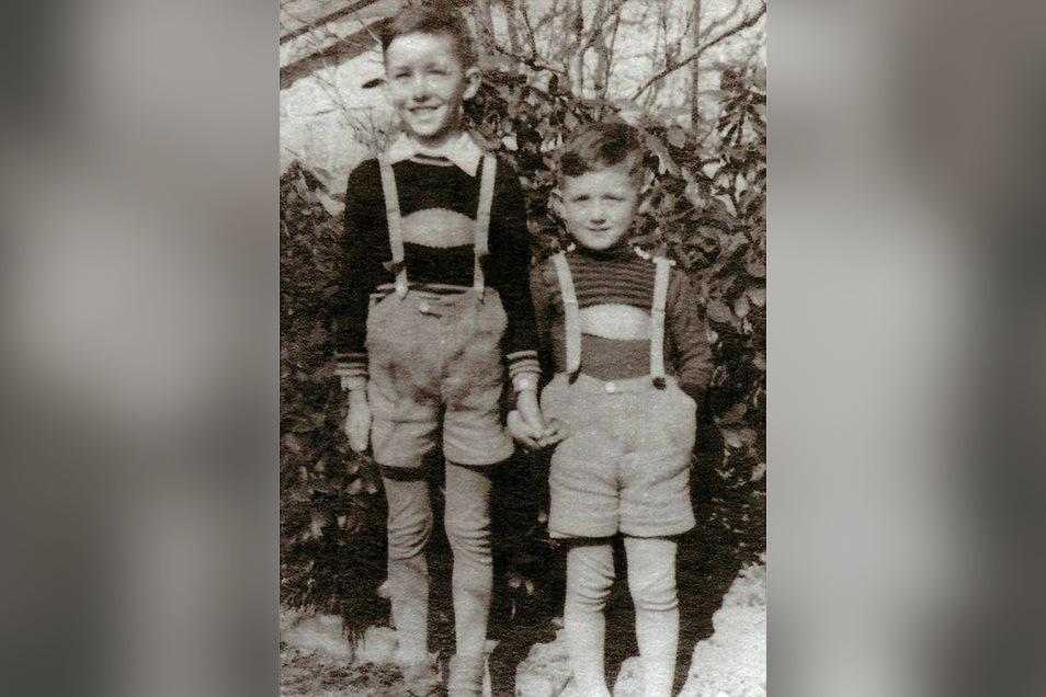 Günter Kern (r.) mit seinem älteren Bruder Georg, der heute ein erfolgreicher Maler ist, in Kindertagen.