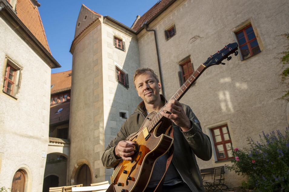 Der Gitarrist Lars Kutschke will mit Jazzfeudal für neue Klänge auf Schloss Batzdorf sorgen.