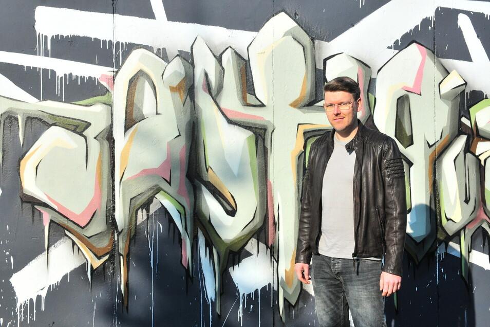 Sebastian Bieler vor einem seiner Graffiti. Er wird am Freitagabend live sprühen.