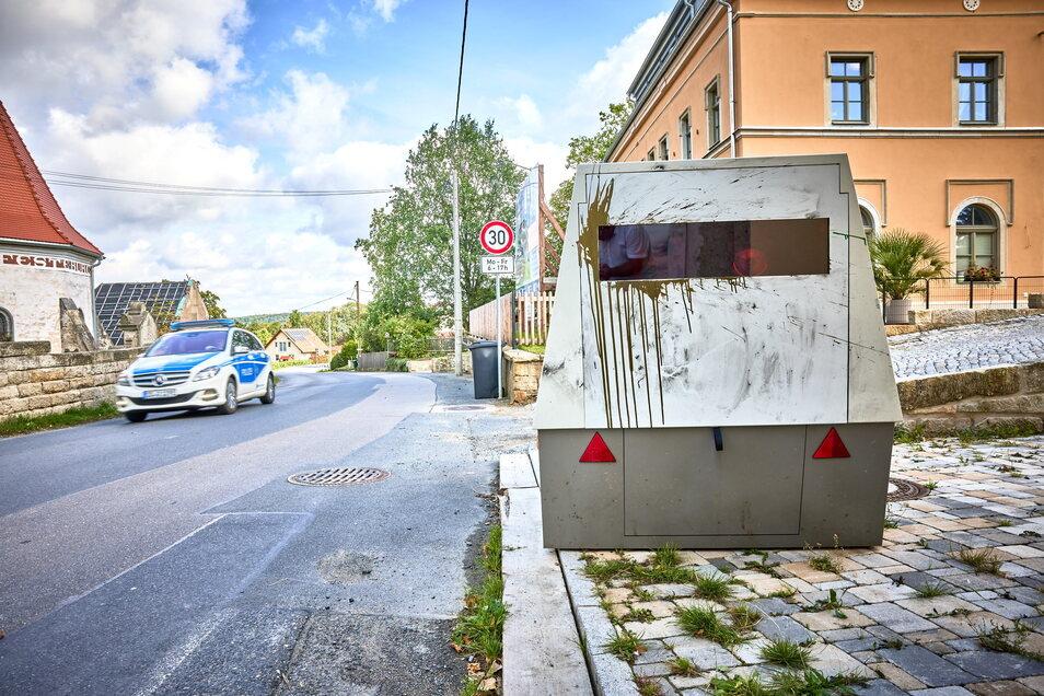 Seit neuestem hat er es auf Raser in Cotta A abgesehen, die in Richtung Pirna-Neundorf / Cotta B unterwegs sind. Neuer Standort unweit des örtlichen Kindergartens gegenüber der Kirche.