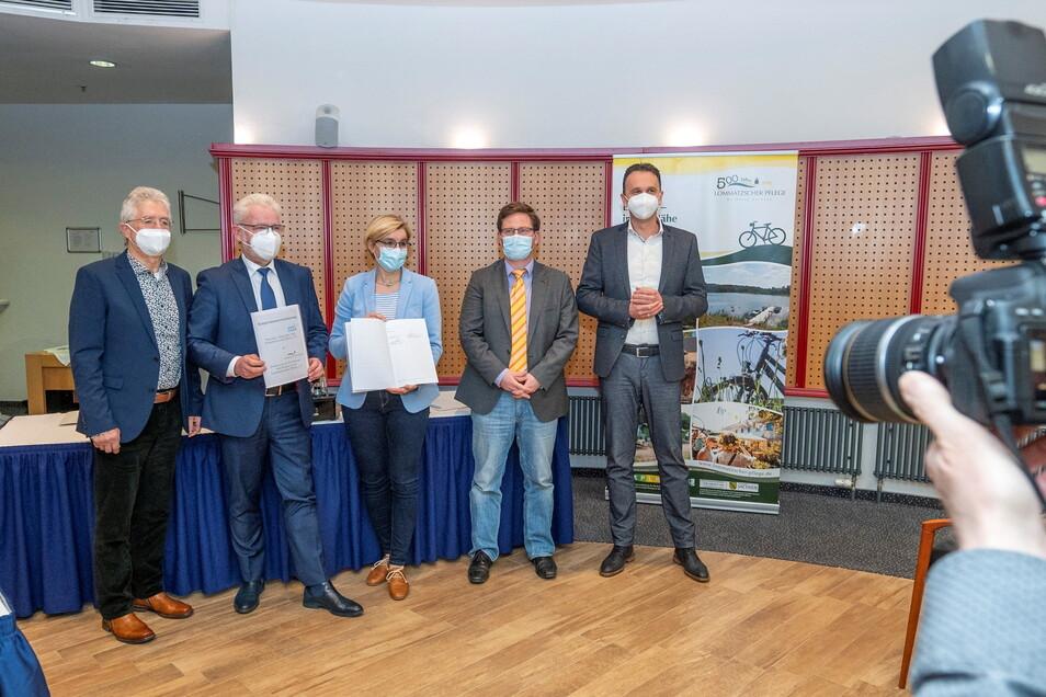 Sie unterzeichneten am Dienstag im Riesenhügel eine Kooperationsvereinbarung: Kurt Hähnichen und Andree Schittko vom HGV Riesa, Anita Maaß und Conrad Seifert vom Fördervein Lommatzscher Pflege und Riesas OB Marco Müller (v.l.).