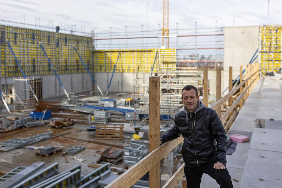 Der Bannewitzer Bauamtschef Markus Kirchner koordiniert den Bauablauf an der neuen Dreifeldhalle.