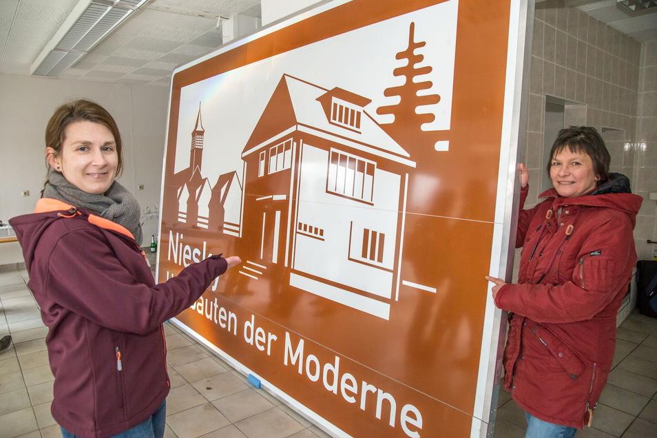 """Claudia Wieltsch (links) und Eva-Maria Bergmann gibt es - wie hier bei der Enthüllung des Hinweisschildes für die Autobahn - in Zukunft als """"Museums-Doppel"""" nicht mehr. Die eine hat die Einrichtung verlassen, die andere tritt in die zweite Reihe zurück"""