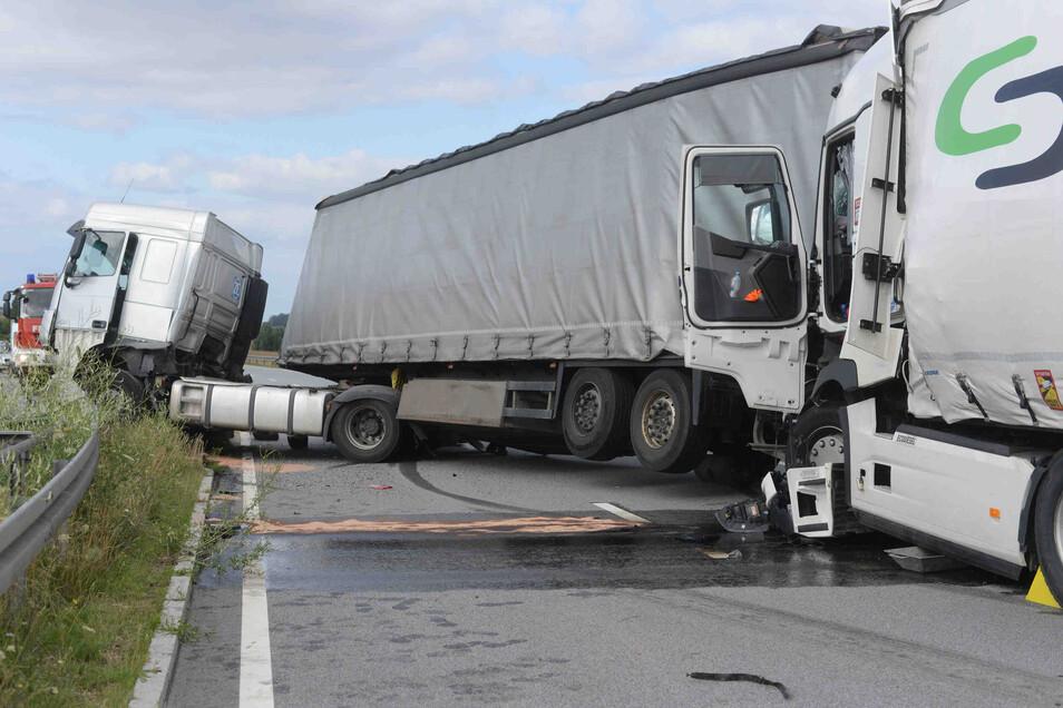 Der polnische Lkw wurde durch den Aufprall in die Mittelleitplanke gedrückt.