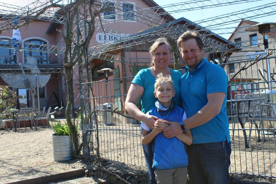 Erik und Anne Wagner mit ihrem Sohn Ernst auf der Terrasse vor der Elbklause. Hier wäre genügend Platz, um wenigstens ein paar Gäste trotz der Corona-Abstandsregeln zu bewirten.