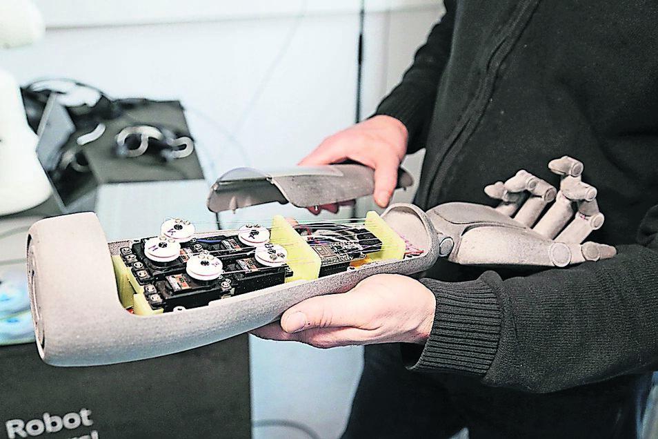 Sensibel und nicht mechanisch soll sich eine Berührung der Roboterhand später anfühlen. Wie die Technik in ihr dafür angepasst und programmiert werden muss, sollen Studien herausfinden.