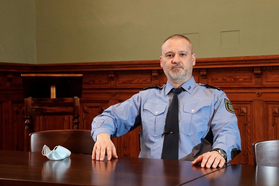Andreas Wnuck ist Leiter des Polizeireviers Riesa. Im Gebäude an der Klosterstraße herrscht Maskenpflicht - außer bei ausreichend großem Abstand wie hier im großen Besprechungsraum.