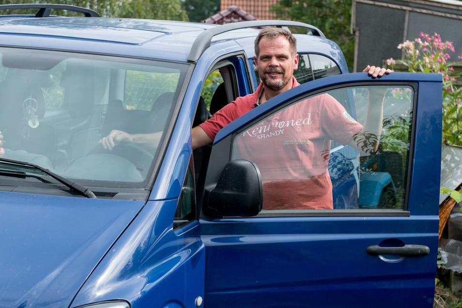 Tobias Schneider mit seinem Mercedes im Jahr 2017 vor einem seiner Hilfstransporte nach Rumänien. Jetzt ist der Weinböhlaer auf der Suche nach engagierten Leuten, die künftig Hilfsgüter für Bedürftige transportieren wollen.