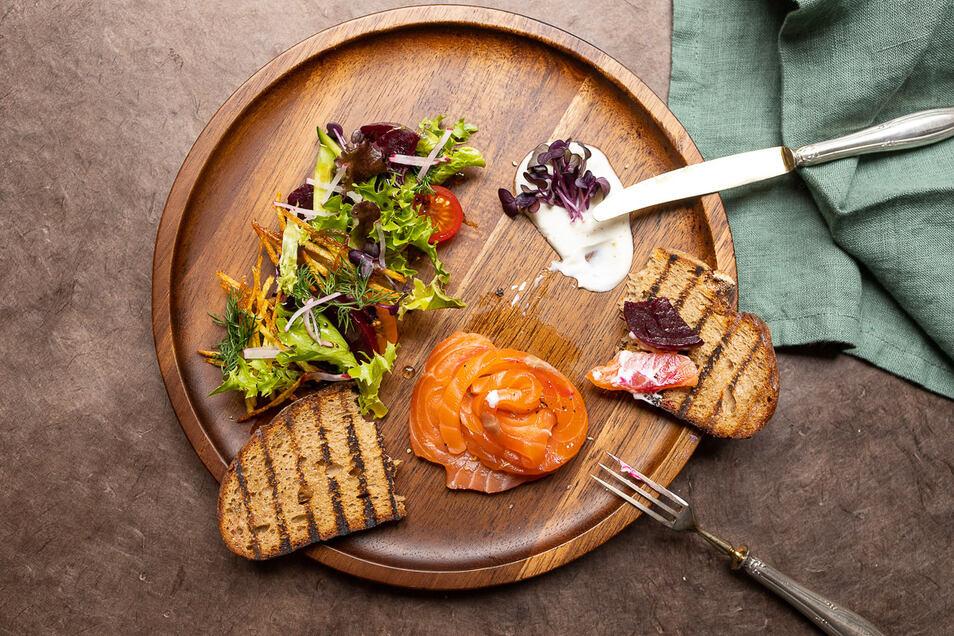 Graved Lachs oder Räucherlachs angerichtet mit Salat