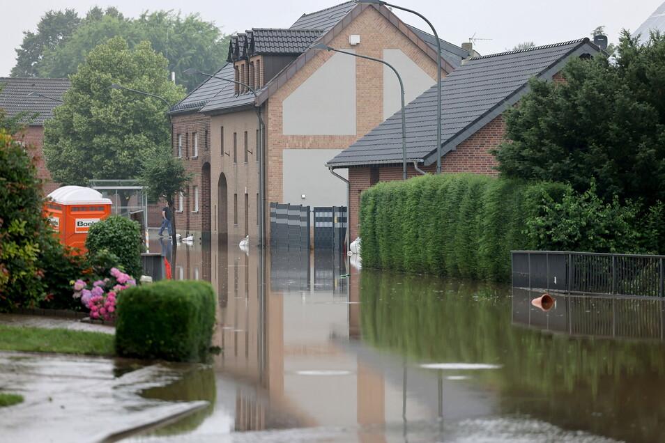 Auch in Inden im Landkreis Düren, wo der Schützenverein Pankratius seinen Sitz hat, waren die Straßen überflutet. Jetzt helfen die Königsbrücker Schützen.