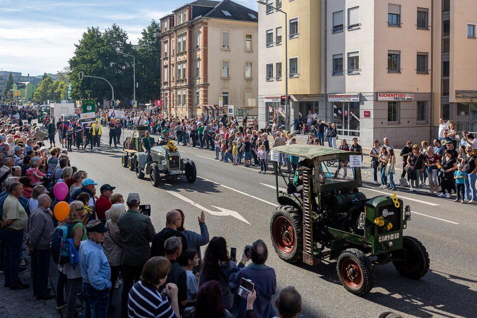 Die Somsdorfer hatten ihre Alttraktoren aus den Scheunen geholt, um bei der Parade mitzufahren.