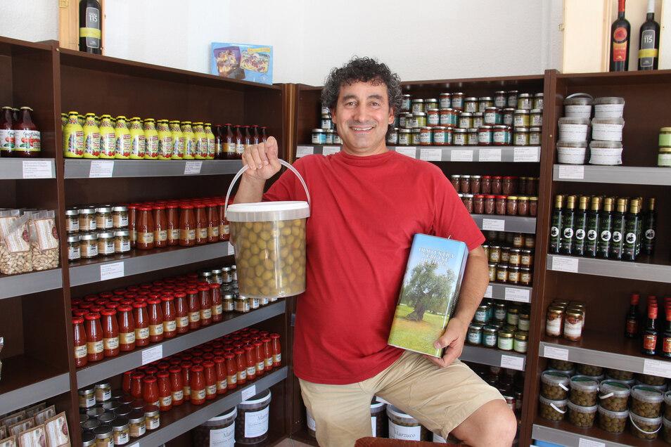 Antonino Milazzo verkauft süditalienische Spezialitäten, darunter auch Olivenöl, jetzt in seinem neuen Geschäft am Holzmarkt 17.