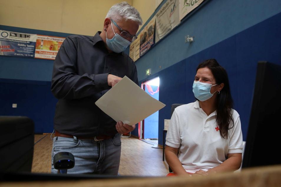 Mike Berger und Michaela Suchy mussten wie viele andere Mitstreiter viel Beratungsarbeit leisten. Bis zu 30 medizinische Fachleute, DRK-Mitarbeiter, Sicherheitsleute und Bundeswehrsoldaten waren in Stoßzeiten pro Schicht beschäftigt.