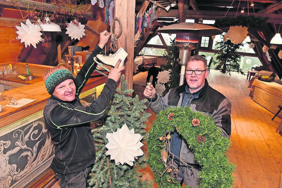 Tilo Barthel (li.) und Matthias Gilbricht dekorieren die Kulturscheune in Wurgwitz.