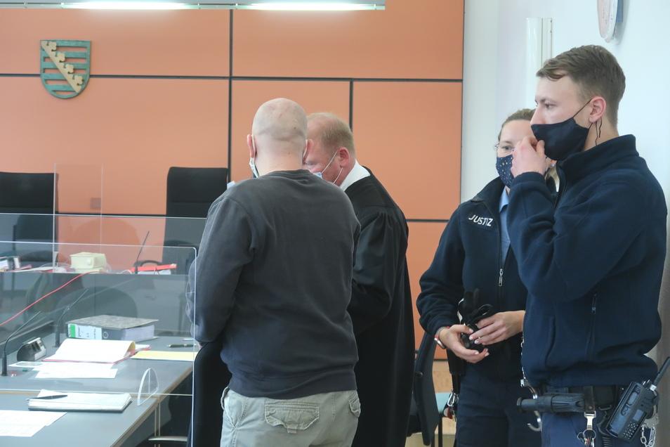 Prozessauftakt am Landgericht Dresden. Wachtmeister haben den 37-jährigen Beschuldigten (l. neben seinem Verteidiger Andreas Gumprich) in den Saal gebracht.