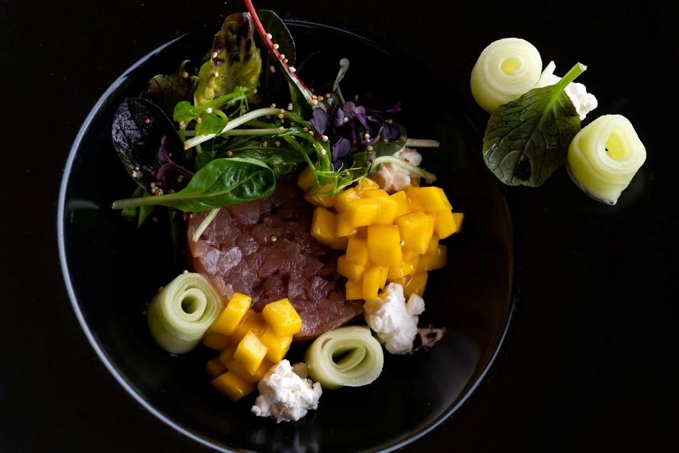 Thunfischtatar mit Mango und Pflücksalat. Wenig Schnörkel, voller Geschmack, das ist die Handschrift, die Gerichte von Thorsten Bubolz prägen.
