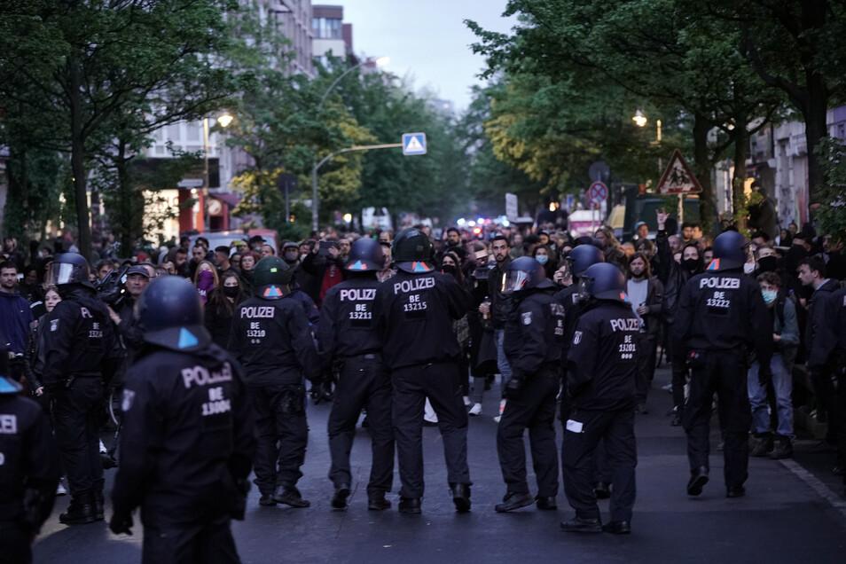 Demonstranten und Polizisten stehen sich in Kreuzberg gegenüber.