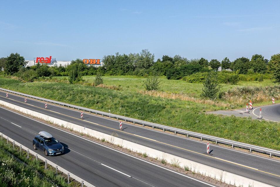Noch liegt die Fläche an der B 170 in Bannewitz brach, aber zum Jahresende könnte hier schon gebaut werden. Motel und Erlebnisgastronomie sollen entstehen.