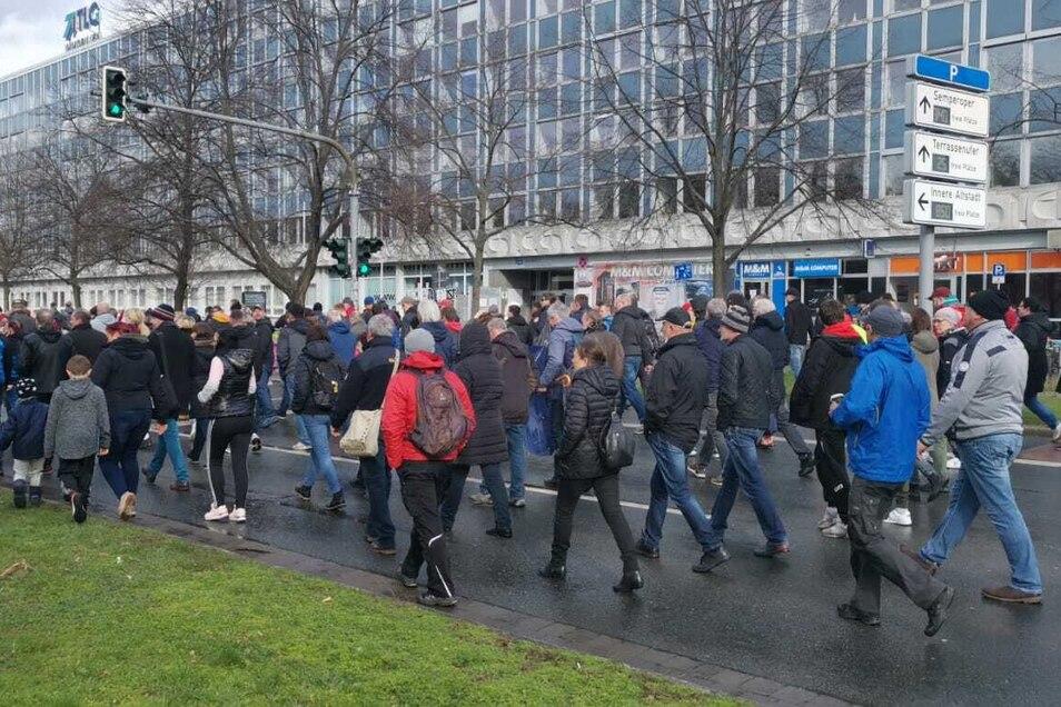 400 bis 500 Menschen liefen am Samstagnachmittag ohne Masken und Abstand durch die Dresdner Innenstadt.