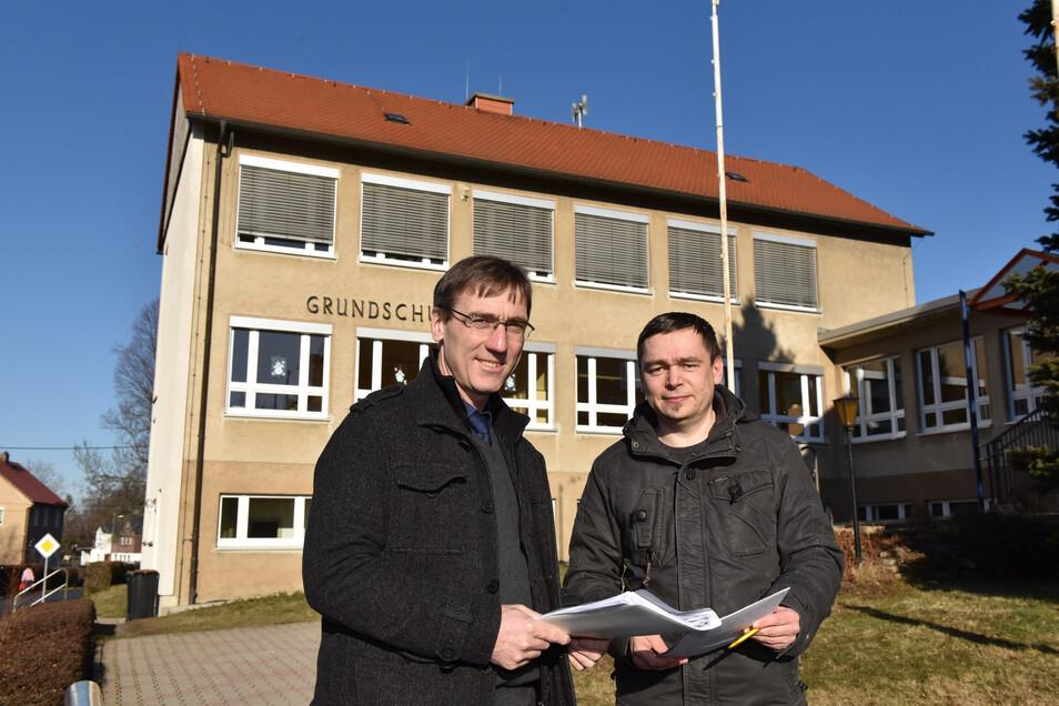 Bürgermeister Torsten Schreckenbach (li.) und Bauamtsleiter Stefan Lippert machen sich vor Ort ein Bild, wo die Container an der Grundschule Pretzschendorf aufgestellt werden könnten.