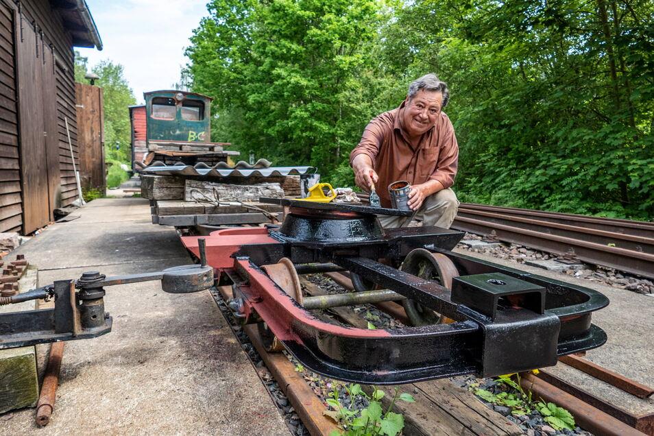 Wolfgang Felber streicht das Untergestell für den neuen Personenwagen, den die Mitglieder der Rauschenthalbahn aufbauen.