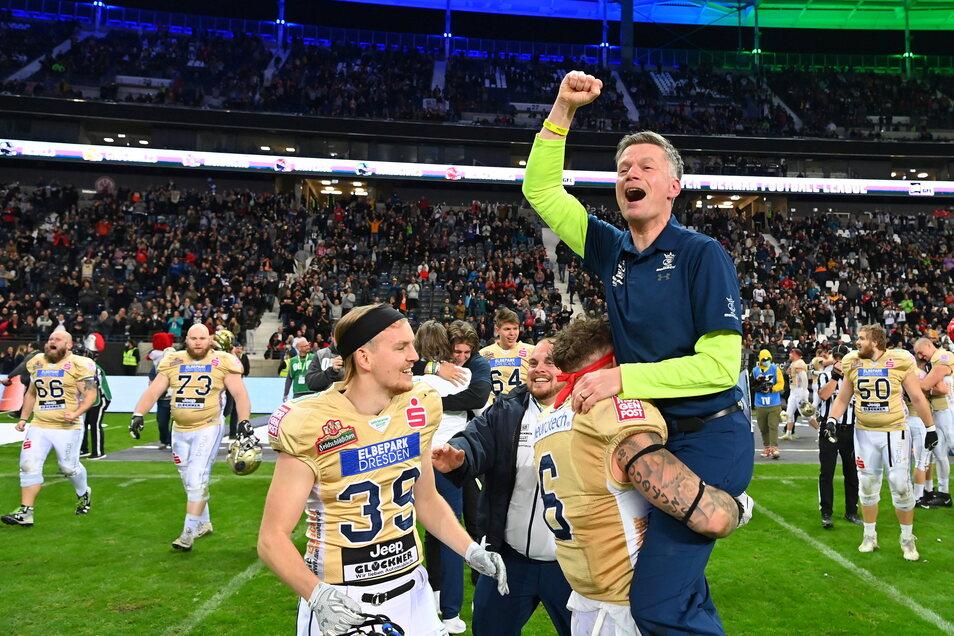 Hoch lebe der Trainer: Der Schweizer Nationalspieler Tim Hagmann hebt Ulrich Däuber hoch, Walther Schönbrodt-Rühl muss nicht eingreifen.