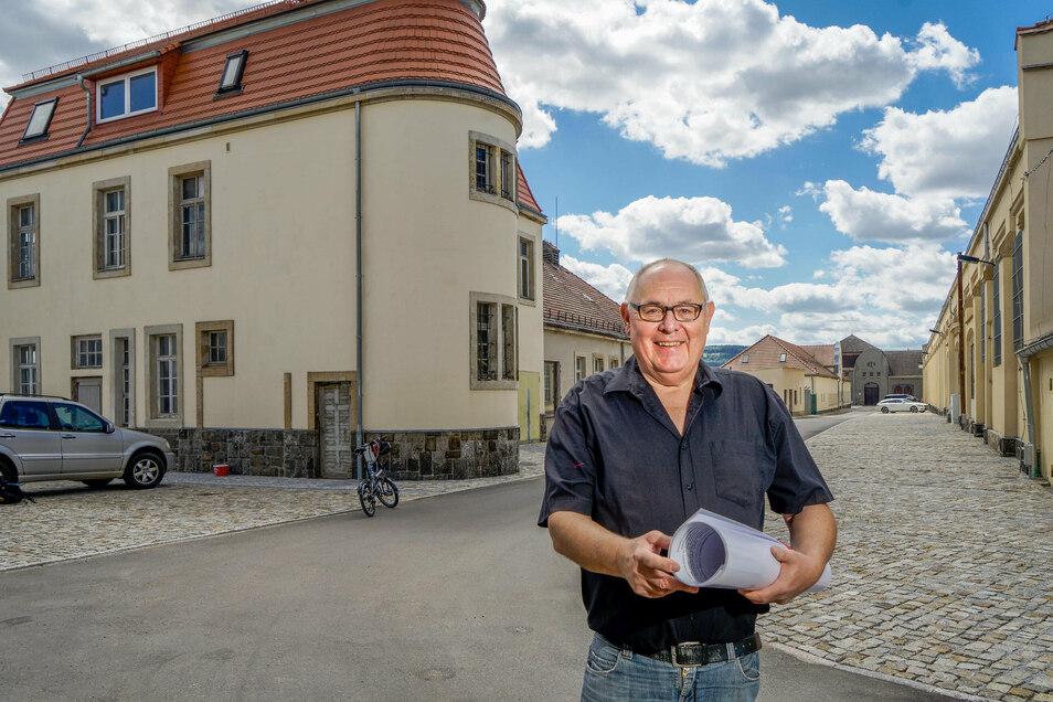 Rainer Schneider hat große Pläne für die Husarenkaserne in Bautzen. Gerade ist das Areal hinter ihm erschlossen worden. Links soll ein Mehrfamilienhaus mit 24 Eigentumswohnungen entstehen.