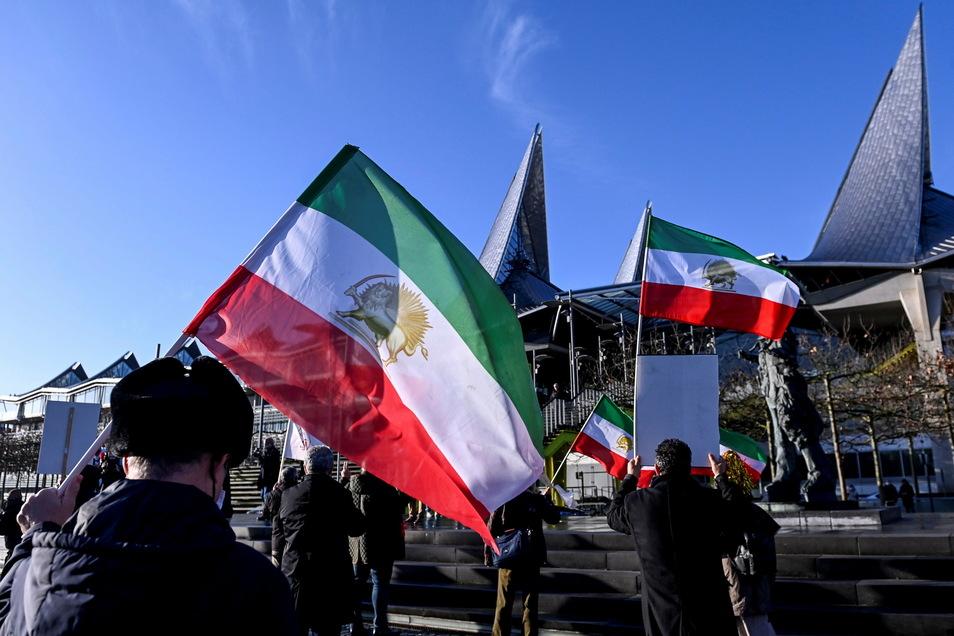 Antwerpen: Demonstranten protestieren vor dem Justizpalast, während der Urteilsverkündung im Prozess gegen einen iranischen Diplomaten, der einen Bombenanschlag auf eine Großkundgebung in Frankreich geplant haben soll.