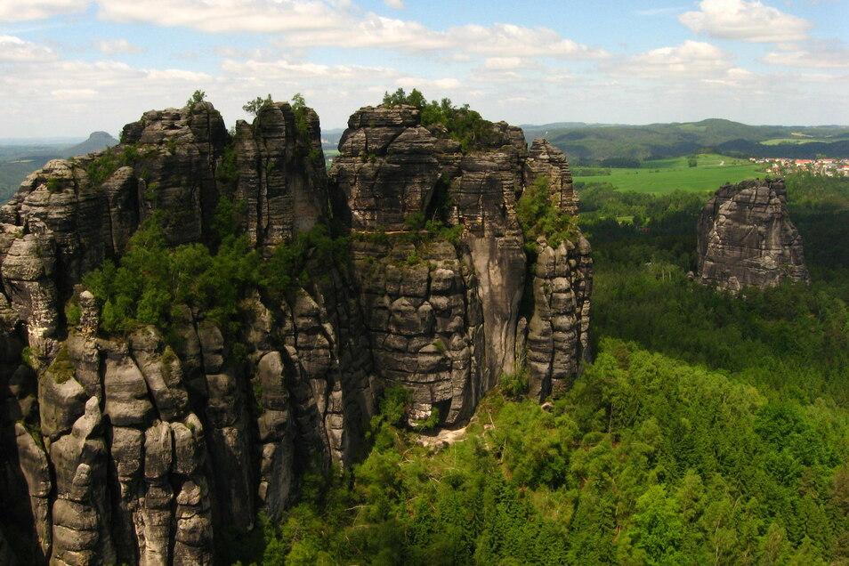 Schrammsteine und Falkenstein (re.): Bis zu den Felsen geht es nur zu Fuß.
