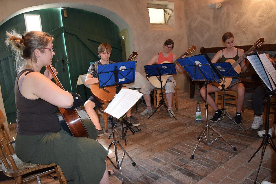 Maria Eckert (links) übt mit dem Gitarrenorchester in den kühlen Räumen des Zeißighofes.