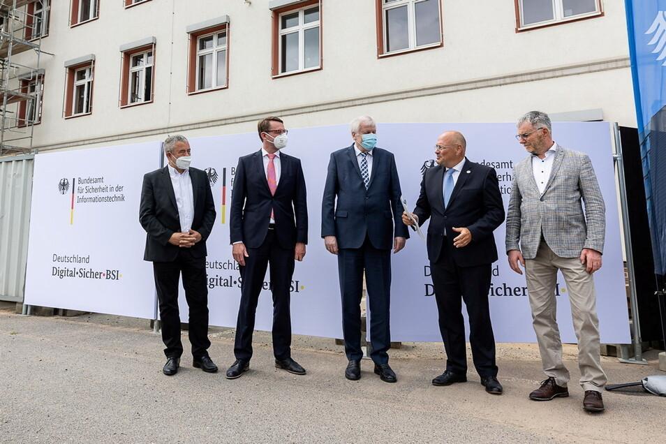 Im Freien trugen die Minister Horst Seehofer (M.), Roland Wöller und Landrat Michael Geisler (l.) Mund-Nasen-Bedeckung. Das sahen BSI-Präsident Arne Schönbohm und OB Uwe Rumberg (r.) offenbar etwas lockerer.