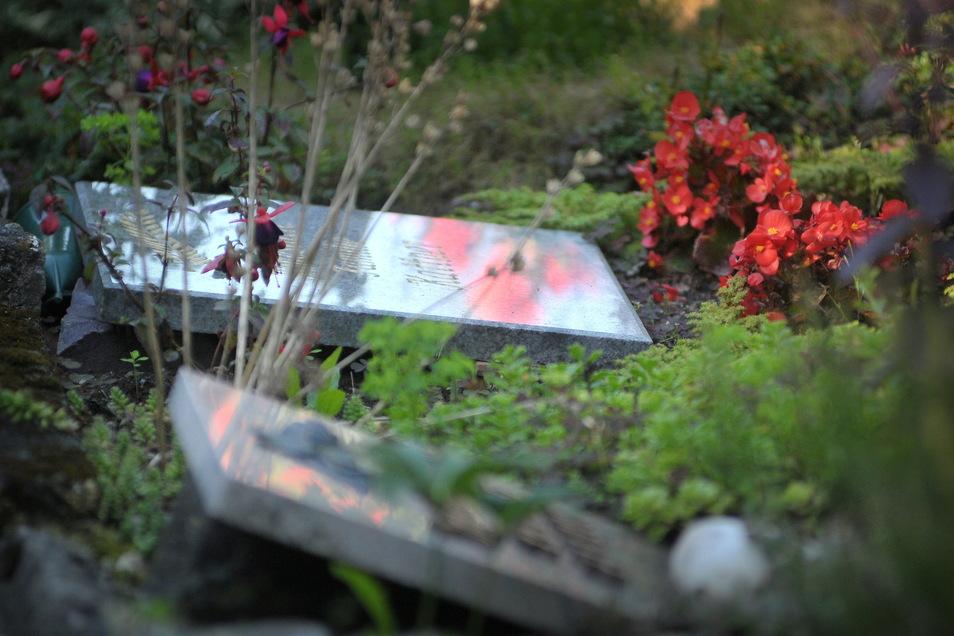 Auf dem Friedhof Nossen wurden Grabsteine gestohlen, andere herausgerissen und umgedreht.