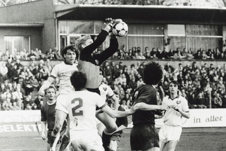 Im April 1986 spielte Torsten Wude (2. v. l.) für Dynamo Dresden in der DDR-Oberliga gegen Lok Leipzig. Bei dem 2:2 verteidigt er hier gemeinsam mit Torhüter Jens Ramme und Steffen Büttner (r.) einen Angriff der Gäste erfolgreich.