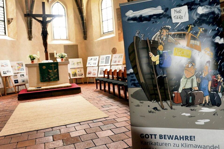 Noch bis Freitag sind in der Kirche in Schleife Karikaturen zum Klimawandel zu sehen. Danach werden die Tafeln mit denen getauscht, die seit Juni in Hoyerswerda-Neustadt gezeigt wurden.