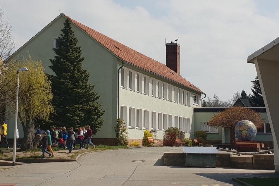 Auf dem Dach der Grundschule Mittelherwigsdorf nistet jetzt ein Storchenpaar.