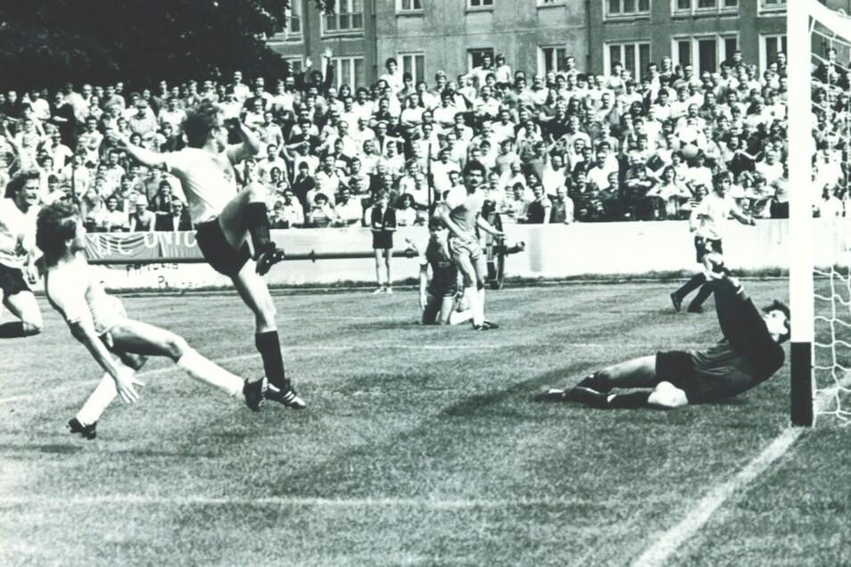 Vor 35 Jahren! 7 500 Zuschauer sind im Jahnstadion Zeugen, als Aktivist-Stürmer Jörg Jenter Union-Torwart Ronny Teuber zum 2:0 überwindet.