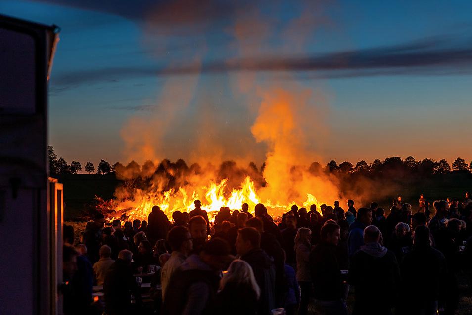 Ein Bild, das sich so in diesem Jahr garantiert nicht bieten wird: Hexenfeuer in Schwarzkollm, ein Volksfest anno 2019 mit hunderten Gästen.