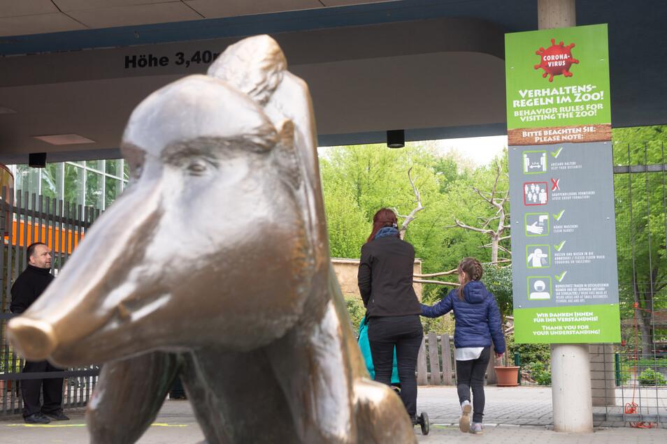 Ein Schild am Eingang weist auf die Verhaltensregeln für Besucher hin.