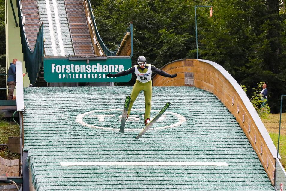 Lars Krause von SC Kottmar springt am Sonnabend von der Forstenschanze in Spitzkunnersdorf.