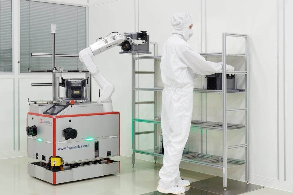 Transport im Reinraum: In den Mikrochipfabriken tragen die Angestellten immer schon Haube und Maske, der Fabmatics-Roboter wird im Reinraum montiert - er soll staubfrei sein.