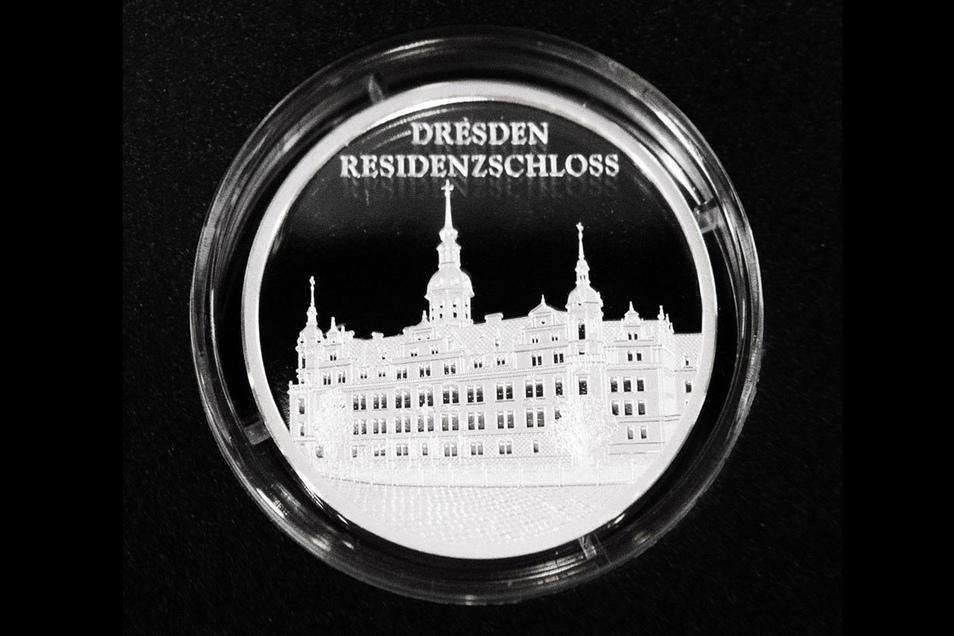 Diese Medaille (30 mm) zeigt das Dresdner Residenzschloss.