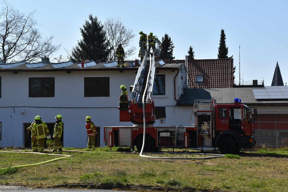 Der Brand brach bei Schweißarbeiten aus. Deshalb waren 42 Kameraden der Feuerwehr im Einsatz.