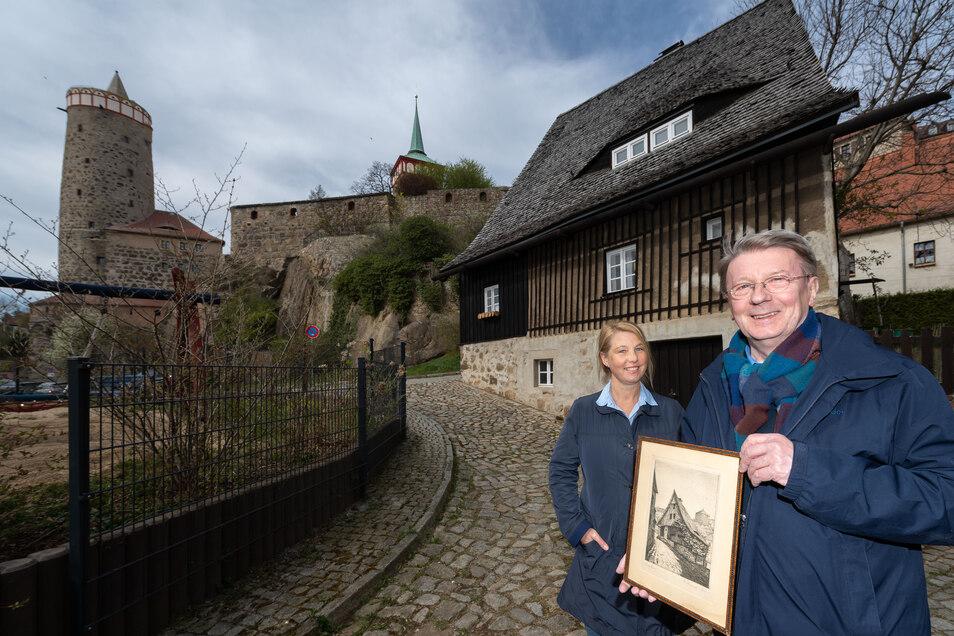 Jurij Wuschansky hat sich viel mit dem Maler Georg Heine beschäftigt, der im Bautzener Hexenhäusel geboren wurde und es auch gemalt hat. Mit Kirsten Schönherr von der BWB warf Wuschansky einen Blick in das Gebäude, für das ein neuer Mieter gesucht wird.