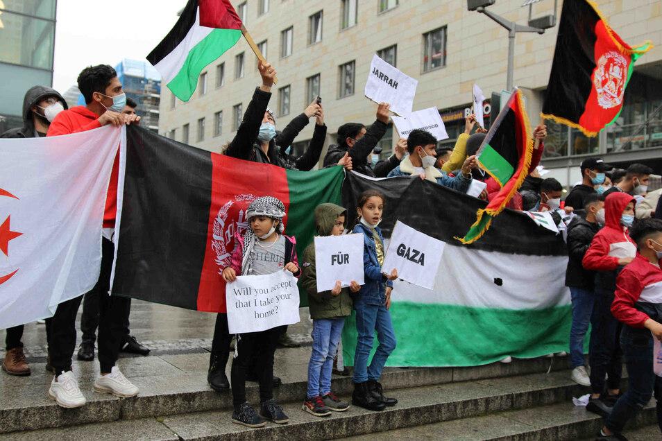 Rund 200 Menschen demonstrierten am Freitagnachmittag in Dresden, um auf den Konflikt im Nahen Osten aufmerksam zu machen.